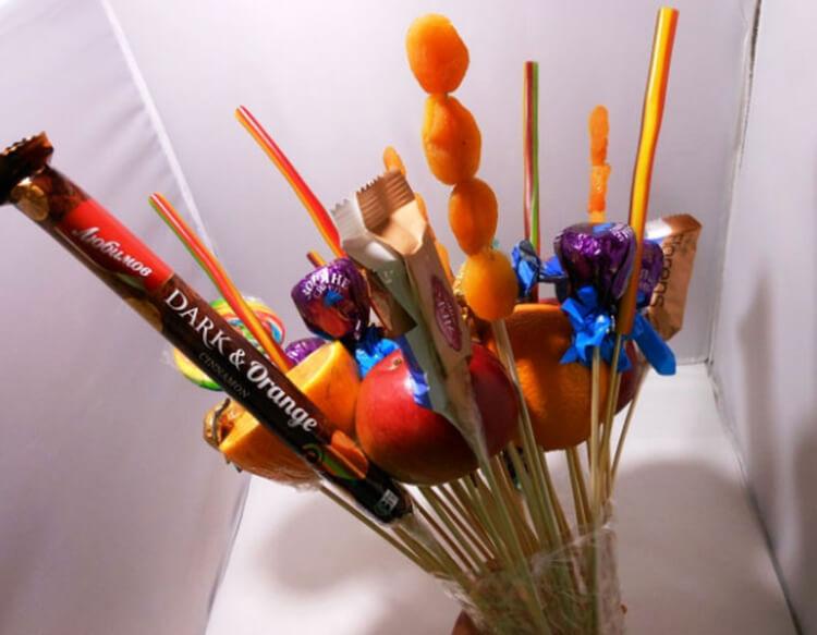 Красивый и сладкий букет из конфет на 8 марта: мастер классы с фото bukety iz konfet svoimi rukami 22