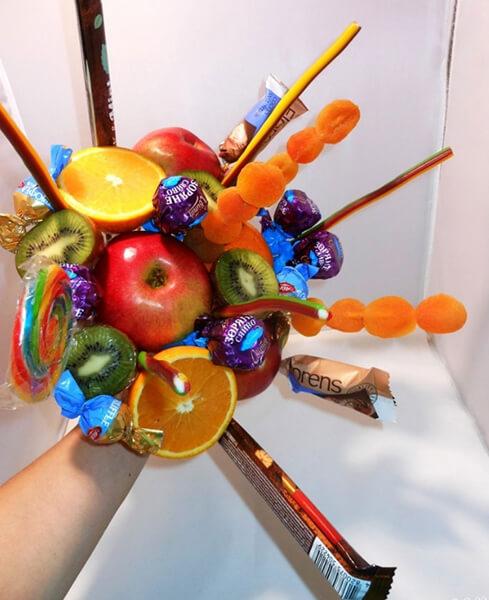 Красивый и сладкий букет из конфет на 8 марта: мастер классы с фото bukety iz konfet svoimi rukami 23