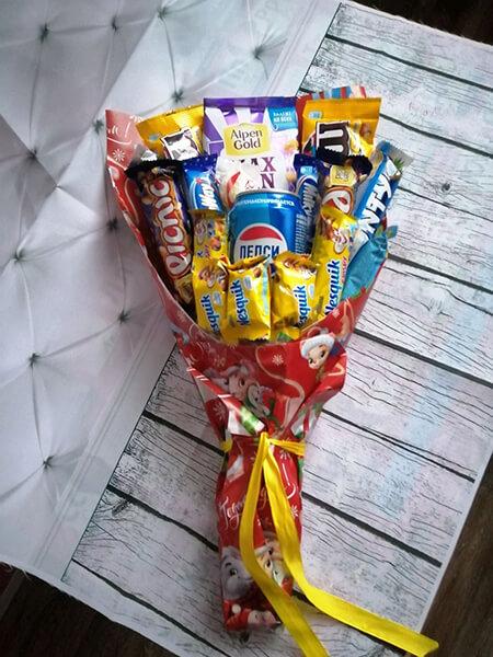 Красивый и сладкий букет из конфет на 8 марта: мастер классы с фото bukety iz konfet svoimi rukami 34
