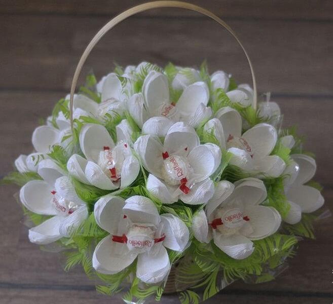 Красивый и сладкий букет из конфет на 8 марта: мастер классы с фото bukety iz konfet svoimi rukami 56