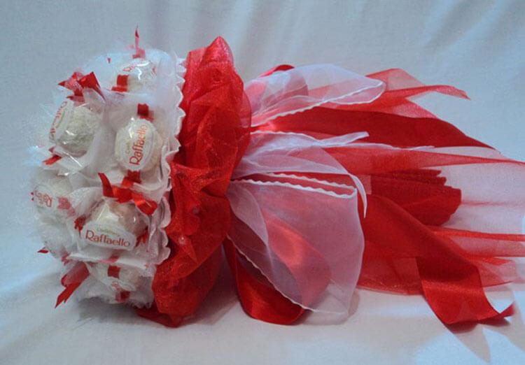 Красивый и сладкий букет из конфет на 8 марта: мастер классы с фото bukety iz konfet svoimi rukami 57