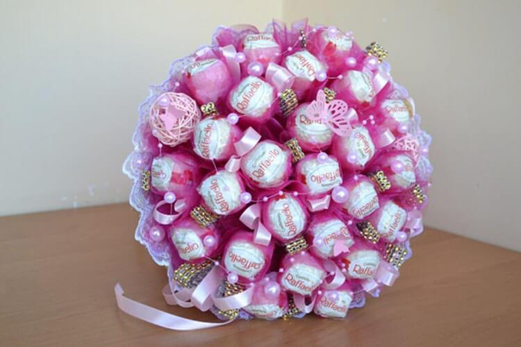 Красивый и сладкий букет из конфет на 8 марта: мастер классы с фото bukety iz konfet svoimi rukami 59