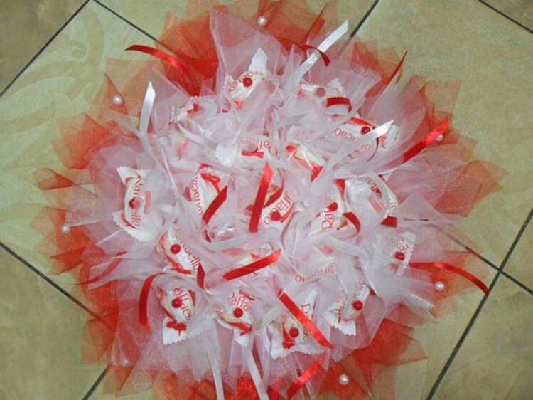 Красивый и сладкий букет из конфет на 8 марта: мастер классы с фото bukety iz konfet svoimi rukami 60
