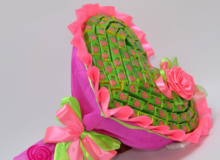 Красивый и сладкий букет из конфет на 8 марта: мастер классы с фото bukety iz konfet svoimi rukami 73