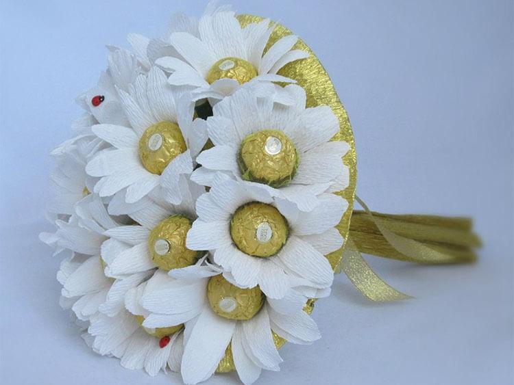 Красивый и сладкий букет из конфет на 8 марта: мастер классы с фото bukety iz konfet svoimi rukami 86