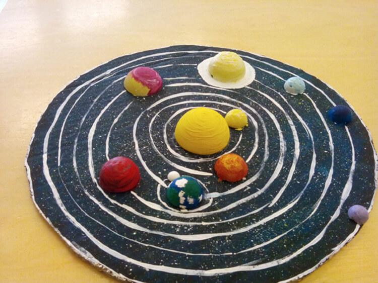 Интересные поделки для школы и садика на день Космонавтики podelki svoimi rukami ko dnyu kosmonavtiki 57