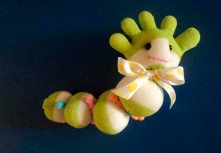 Детская поделка Гусеница из различных материалов podelka gusenica svoimi rukami 27
