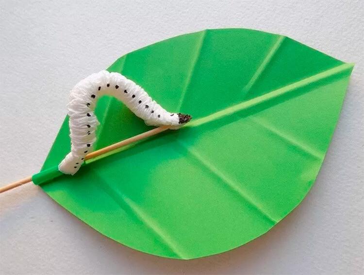 Детская поделка Гусеница из различных материалов podelka gusenica svoimi rukami 35