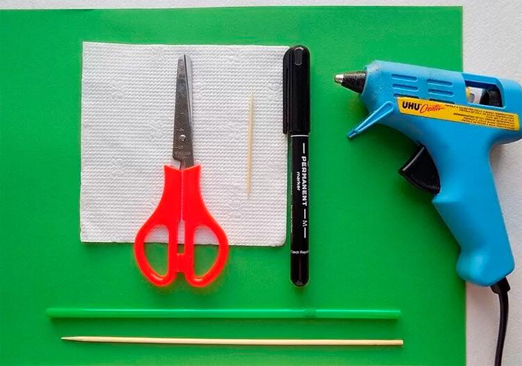 Детская поделка Гусеница из различных материалов podelka gusenica svoimi rukami 36