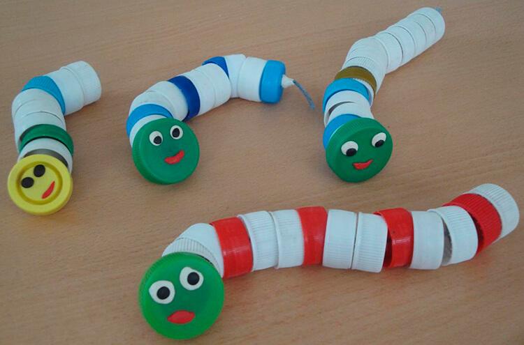 Детская поделка Гусеница из различных материалов podelka gusenica svoimi rukami 91