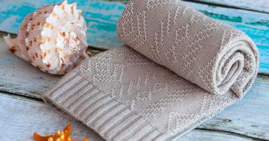 Теплое и красивое одеяло спицами для новорожденных