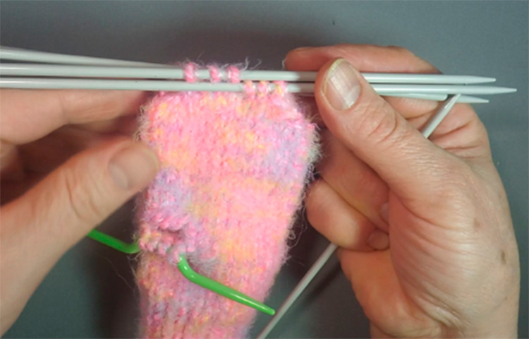 Красивые варежки для девочки спицами: защищаем ручки зимой varezhki spicami dlya devochki 41